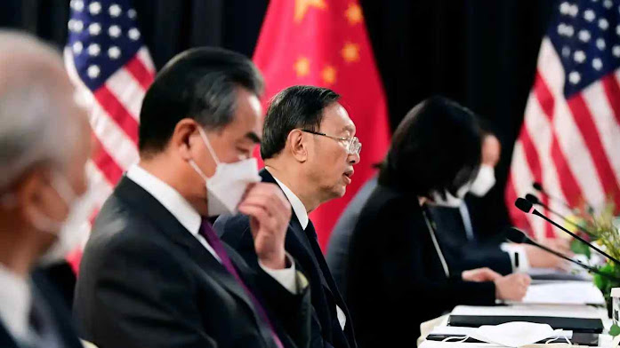 """Nas conversações com os EUA em Anchorage, a China falou de """"forte cheiro de pólvora no ar"""""""