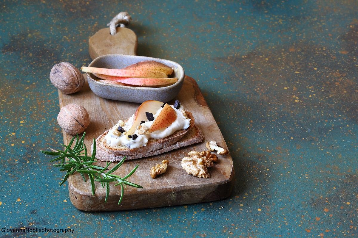 Crostoni con crema di robiola e pere caramellate