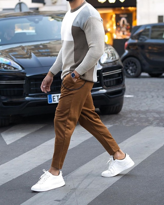 Round neck sweat shirt and trousers.