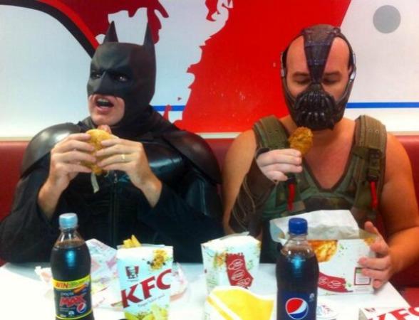 Kala Makanan Menghilangkan Batas Permusuhan Batman dan Bane