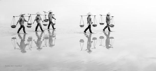Soi bóng trên ruộng muối