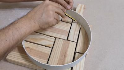رسم دائرة بالقلم الرصاص على قطع الخشب