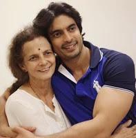 गशमीर महाजनी अपनी माँ के साथ