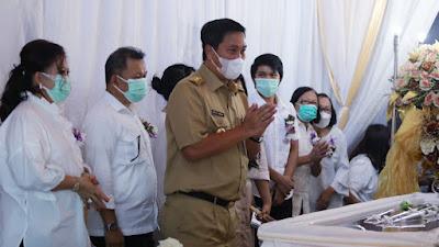 Ibadah Pemakaman Ibu Tetty Pepah-Paath, Wagub Kandouw Hibur Keluarga Berduka