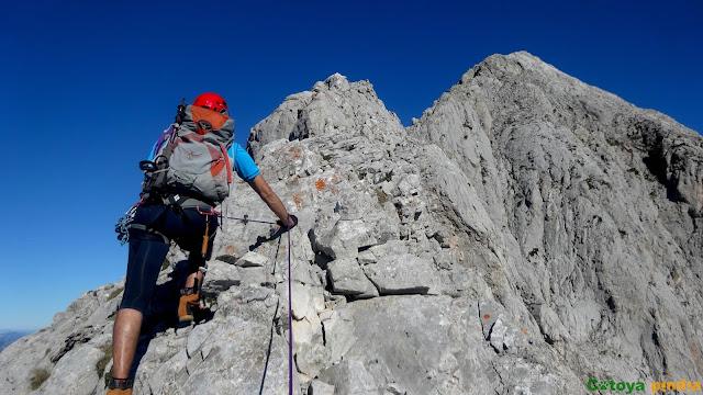Cresta de Salinas, Torre de Liordes y Torre de Olavarría en el Macizo Central de Picos de Europa