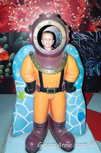 dalış kostümü içinde poz veren oğlum, Sea Life Akvaryum İstanbul