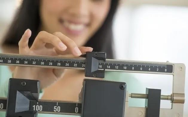 يكون لدى النساء ذوات الوزن المنخفض للغاية دورات شهرية أقل