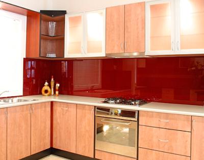 Phòng bếp ấn tượng hơn với kính màu ốp bếp 01