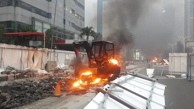 Ekskavator Proyek di Dekat Bundaran HI Juga Dibakar Massa