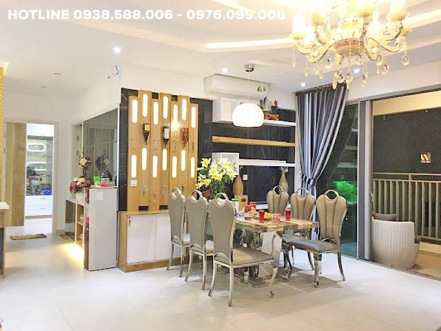 Bán lỗ căn hộ Riviera Point có phòng khách rộng rãi, thiết kế sang trọng.