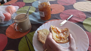 Desayunando tostadas con mermelada de naranja amarga.