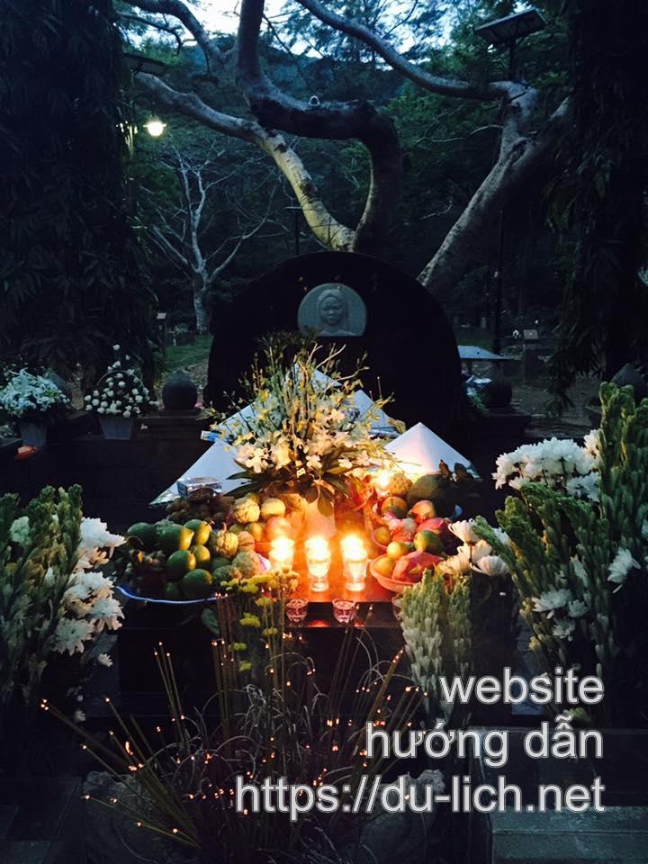 Ban đêm rất nhiều người đến lễ viếng mộ chị Võ Thị Sáu