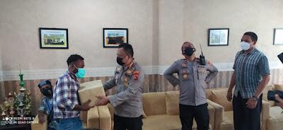 Kapolresta Beri Bingkisan Paskah Kepada Mahasiswa Papua dan NTT