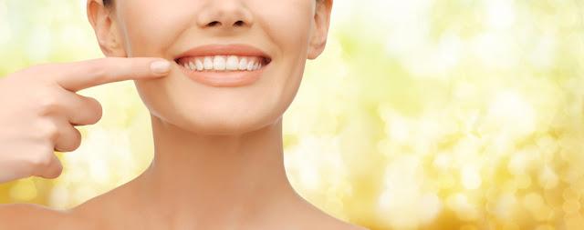 Comment blanchir vos dents sans traitements coûteux
