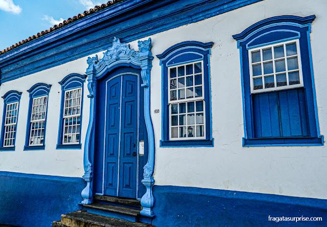 Casarão na Rua Direita, em Sabará, onde os edifícios foram pintados em azul para agradar D. Pedro II