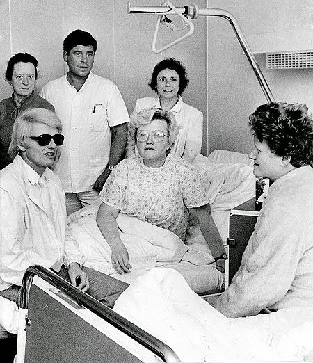 Am 19. Juni 1983 entstand dieses Foto mit Heinz Georg Kramm alias Heino auf einer chirurgischen Station im EvK Witten. Mit auf dem Foto ist im Hintergrund Stationspfleger Matthias Feiler zu sehen. (Foto: RSW-Archiv)