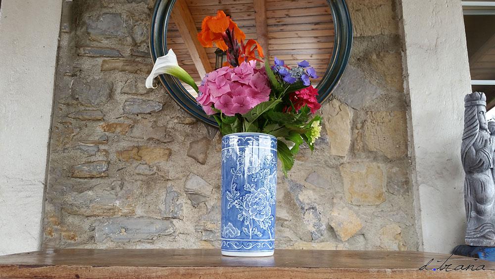 Compsición; jarrón antiguo de loza china con flores variadas del jardín