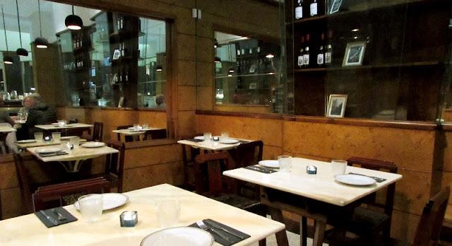 mesas no interior do restaurante Rei dos Queijos