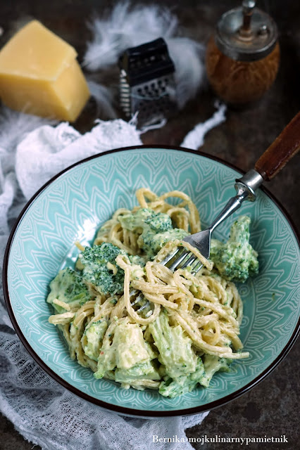 Makaron-z-brokulami-i-sosem-serowym