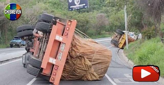 Tres gandolas de comida se volcaron al miso tiempo en la autopista Caracas - La Guaira