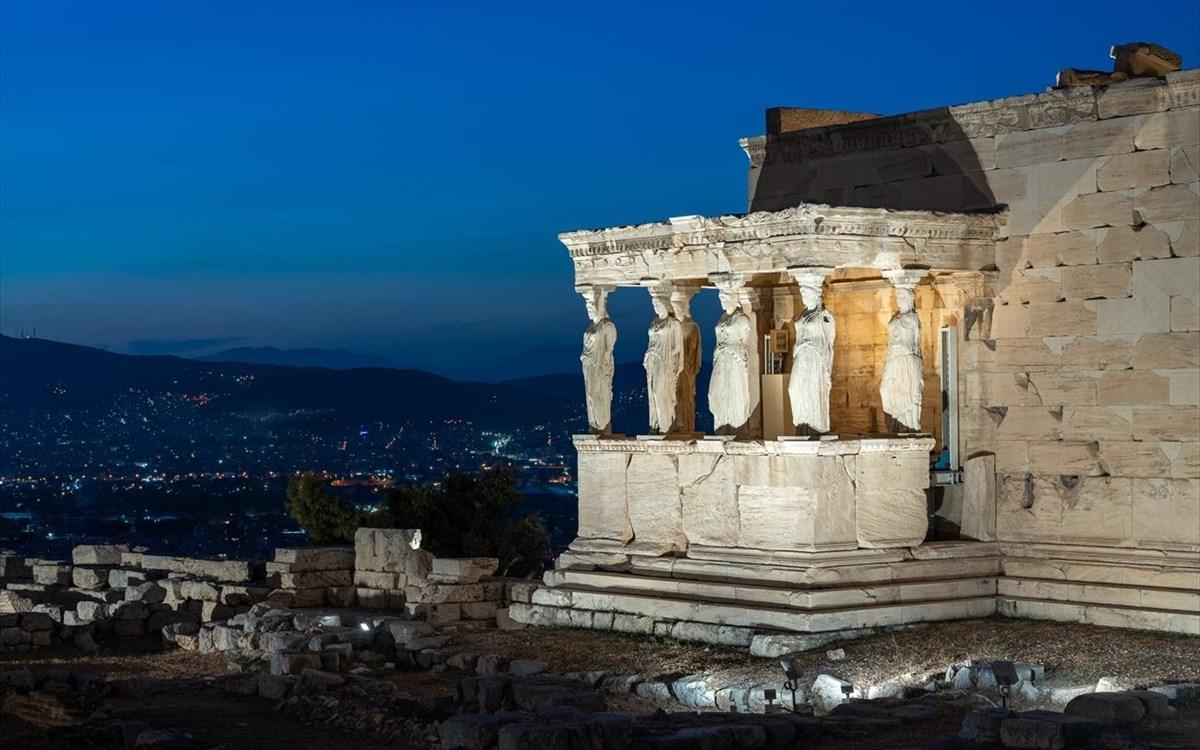 Guardian: Οι Ελληνες ξέχασαν τα ελληνικά τους και μιλάνε Greeklish