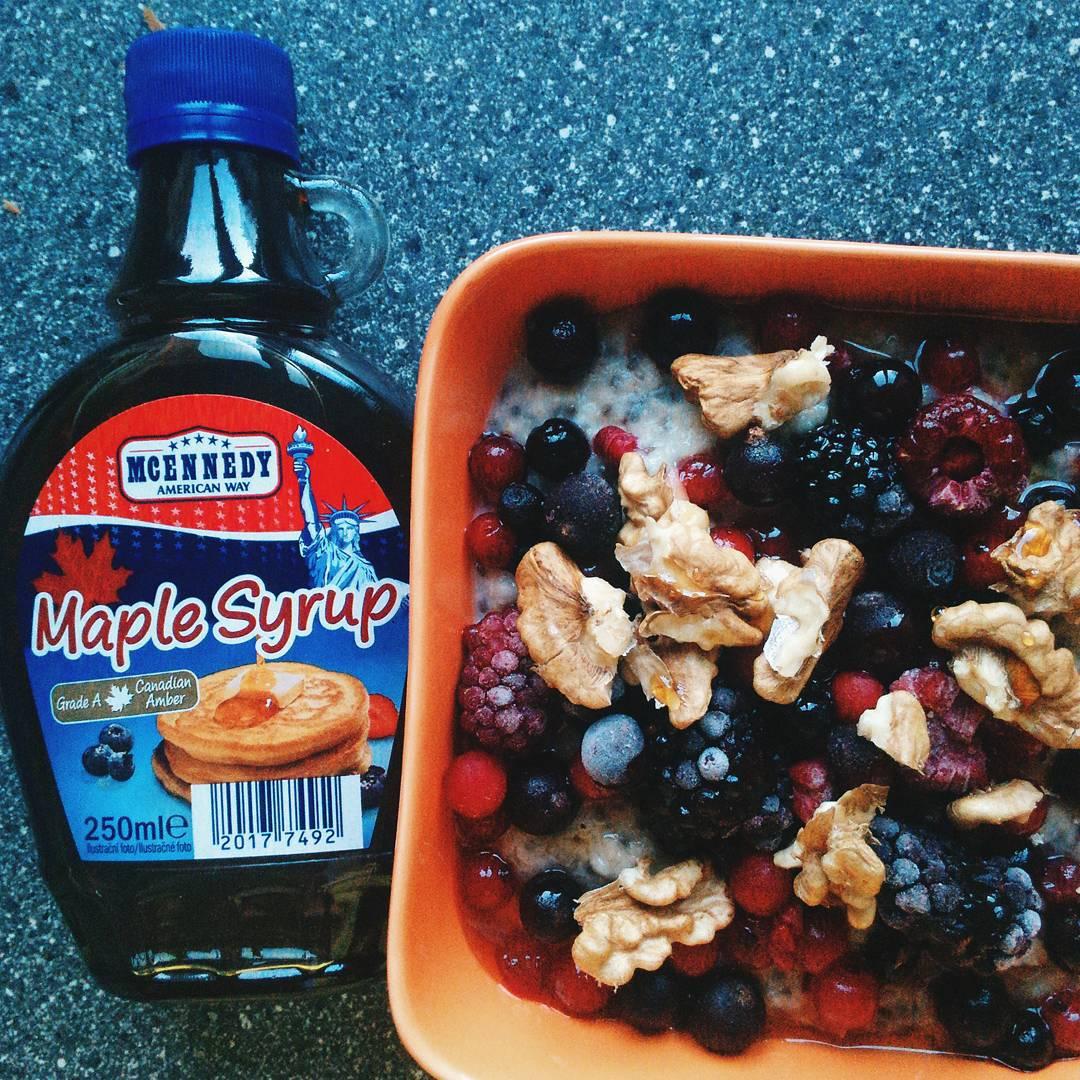 Ovesná kaše s chia, ovocem, ořechy a javorovým sirupem