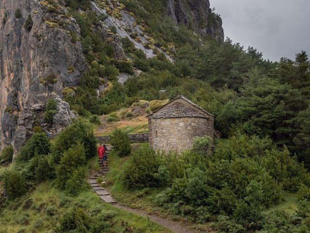 Ermita románica en medio de un paisaje de montañas en Tella (Huesca)