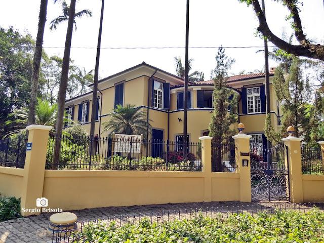 Vista ampla de um belo Casarão na Rua Colômbia - Jardim América - São Paulo