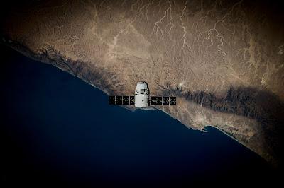 Nave espacial con la tierra de fondo