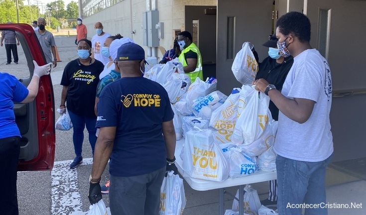 Voluntarios cristianos distribuyendo alimentos