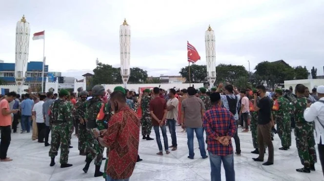 Ultah ke-44 Gerakan Aceh Merdeka, Massa Kibarkan Bendera Bulan Bintang Dikawal TNI