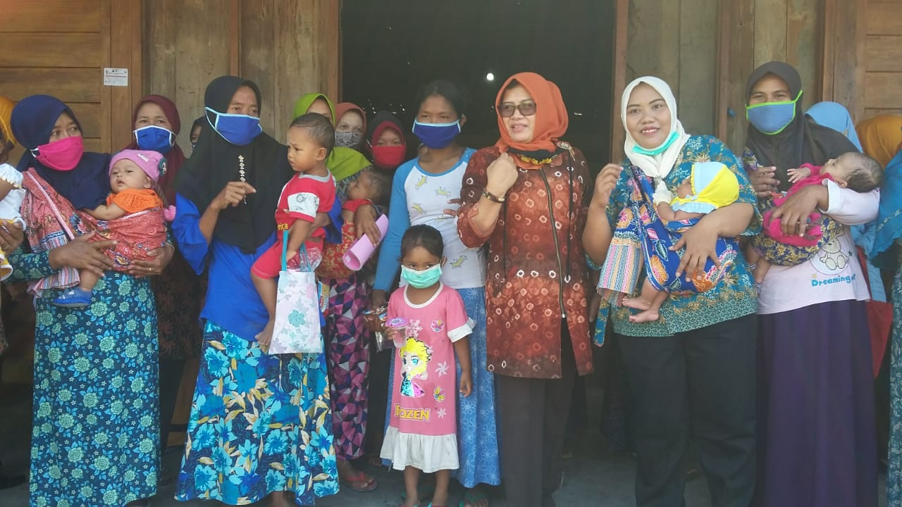 Dra. Hj. Umi Kulsum saat mengunjungi sedekah bumi di Desa Kawengan, Jepon
