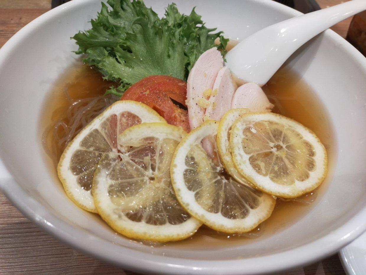 広島レモン冷麺。輪切りのレモンがたっぷりはいっています。