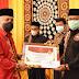 Bupati Aceh Tengah Serahkan Penghargaan Kepada Dinas Dukcapil Aceh Tengah Borong 2 Penghargaan Inovasi Daerah
