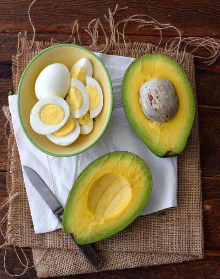 Aguacates y huevos cocidos para acompañar