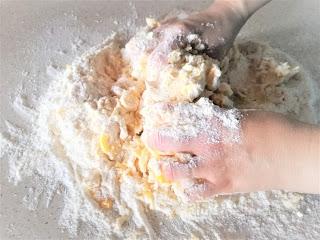 Fontana di farina con burro e vuova
