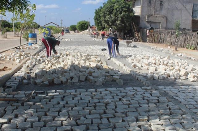 Secretário de Infraestrutura acompanha obras em andamentos na cidade de Caraúbas