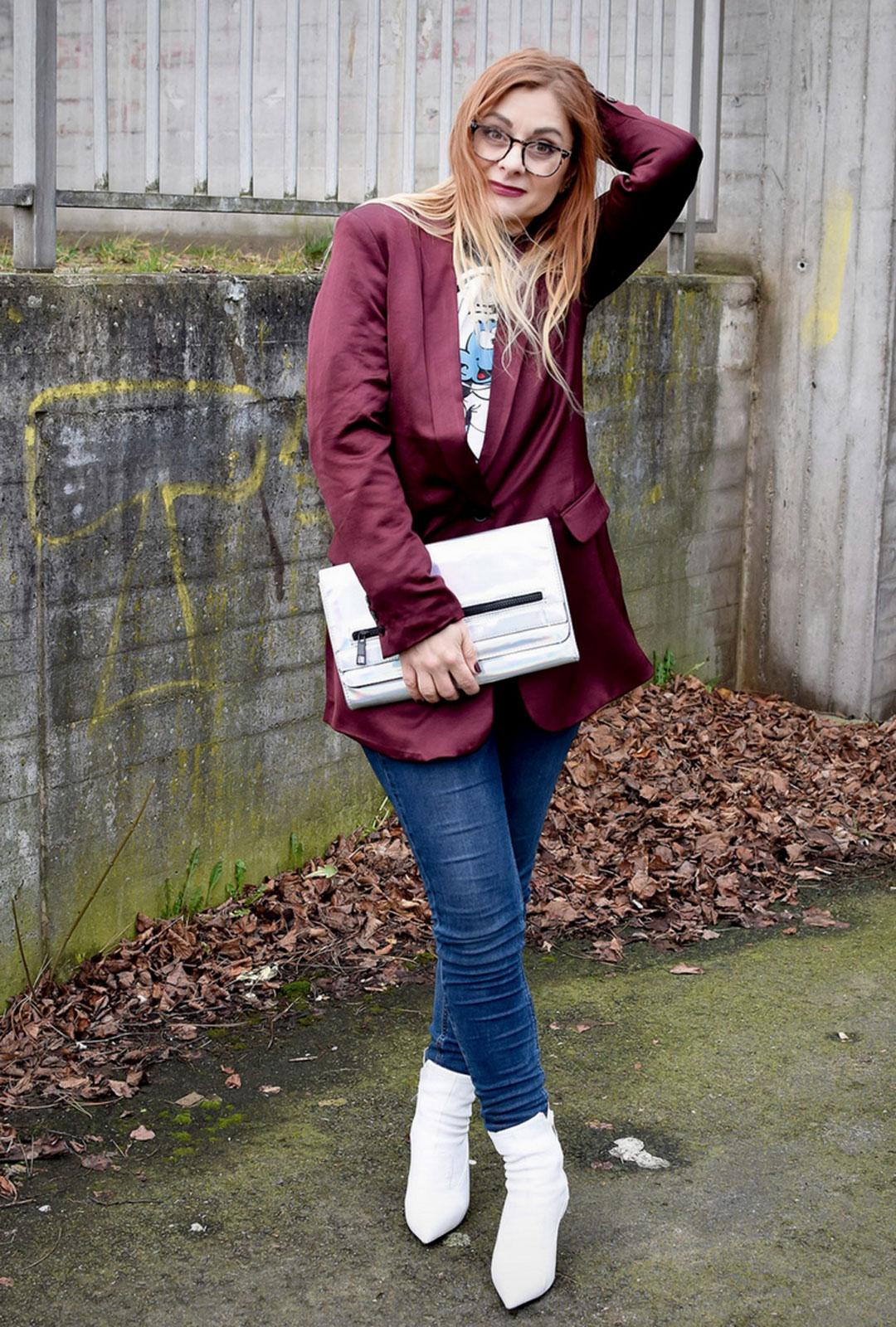 Weiße Schuhe, Jeans, Blazer, Clutch in Holooptik, Clutch Holoeffekt
