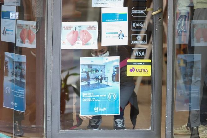 """""""Te cuidas vos, nos cuidas a todos"""": Afiches con medidas preventivas en locales comerciales del centro sanrafaelino"""