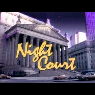 Título de la serie Juzgado de guardia. Texto amarillo (Night Court) sobre un edificio neoclásico