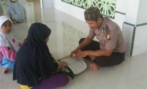 Bripka Seladi, Pak Polisi Yang Luangkan Waktu Jadi Guru Ngaji Viral di Medsos