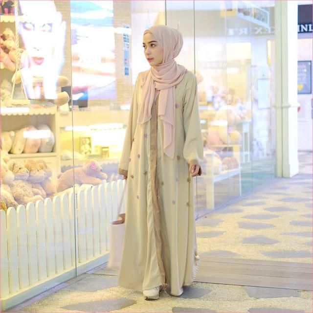 Outfit Baju Gamis Berhijab Ala Selebgram 2018 gamis abaya bunga kuning ke pemda hijab pashmina diamond baby pink high heels wedges loafers and slip ons putih ciput rajut krem trendy terbaru 2018 ootd outfit selebgram