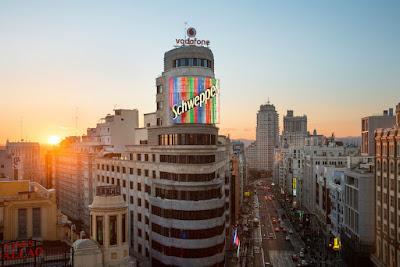 El anuncio de Schweppes del edificio Carrión (Capitol) en la Gran Vía visto desde la novena planta de El Corte Inglés de Callao, antes cafetería y ahora zona Gourmet Experience, con la torre de Madrid y el edificio España al fondo