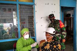 Babinsa Karangdowo Bantu Kelancaran Vaksinansi Lansia