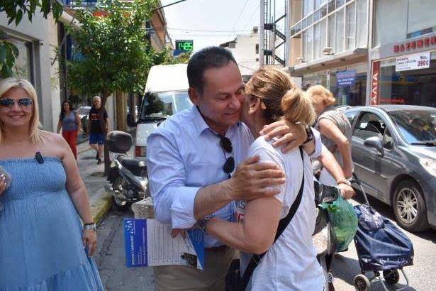 """""""Οργώνει"""" τις γειτονιές του Πειραιά ο Νίκος Μανωλάκος (ΦΩΤΟ)"""