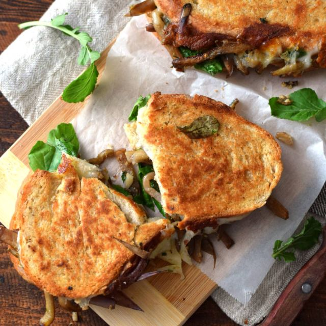 Receta para preparar sándwich de berenjena, queso y arúgula