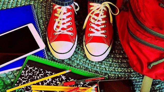 Schule, Kind mit Schulsachen