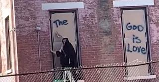 """بالفيديو: راهبة كارملية ترسم رسالة حب """"سيتغير العالم عندما تتغير قلوبنا، الله هو محبة"""" على أحد الجدران في الولايات المُتحدة"""