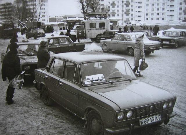 """Вторая половина 1980-х годов. Рига. Пурвциемс. Стоянка такси около магазина """"Минск"""""""