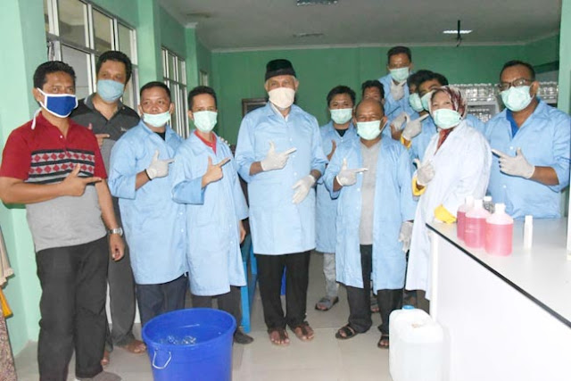 Walikota Padang, Mahyeldi Ansharullah bersama siswa SMAK Padang